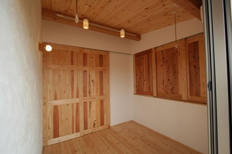 景色をとり込むウッドデッキのある家の写真 多目的部屋(閉)
