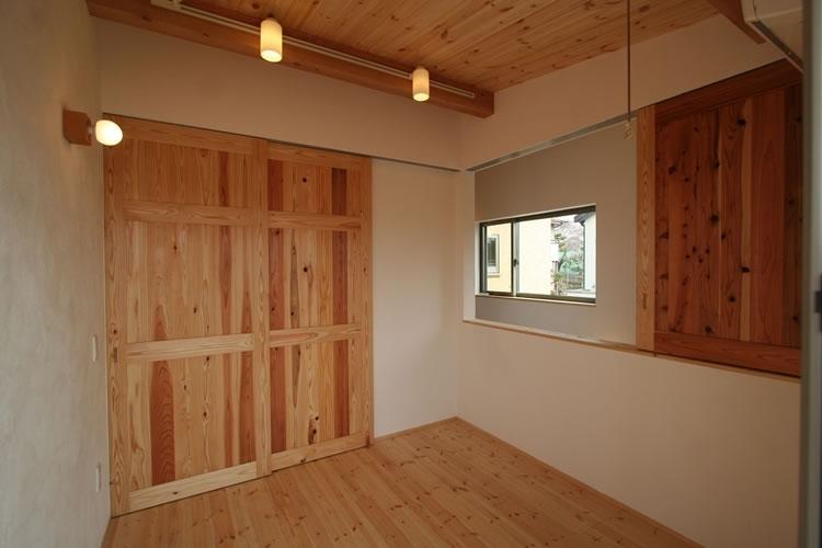 景色をとり込むウッドデッキのある家の写真 多目的部屋(開)
