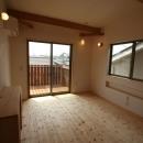 景色をとり込むウッドデッキのある家の写真 ベッドルーム