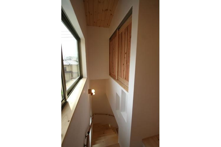 景色をとり込むウッドデッキのある家 (階段)