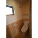 景色をとり込むウッドデッキのある家の写真 トイレ