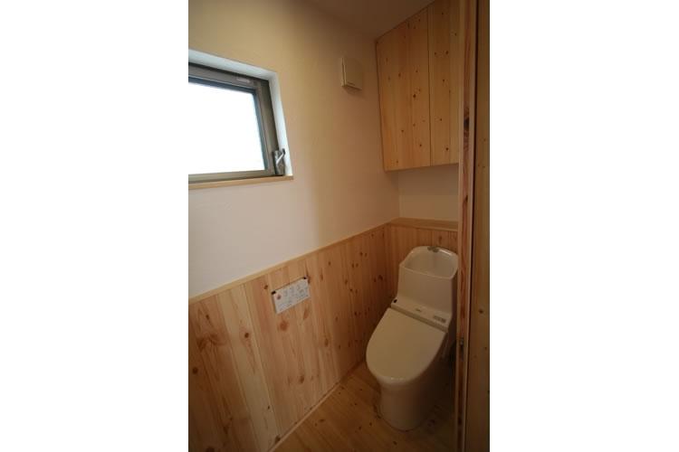 景色をとり込むウッドデッキのある家 (トイレ)