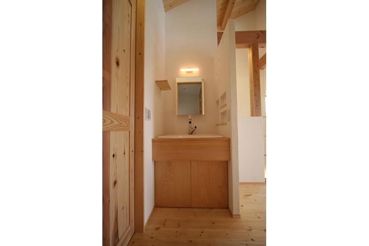 景色をとり込むウッドデッキのある家の写真 洗面所