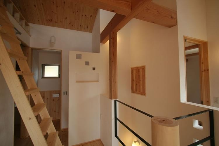 景色をとり込むウッドデッキのある家の写真 2階ロビー
