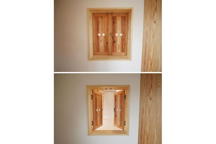 景色をとり込むウッドデッキのある家の写真 室内小窓