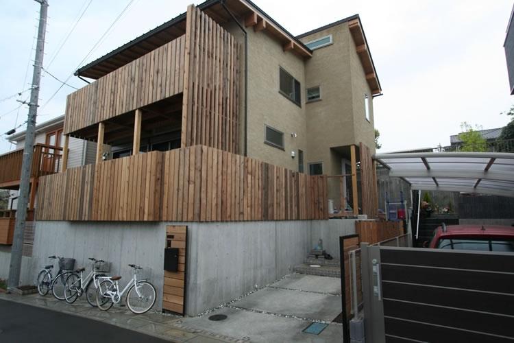 景色をとり込むウッドデッキのある家の写真 外観