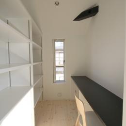 オウチ18・仙台 SOHOの家の写真 家事室・作り付け収納棚