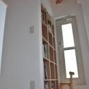 虹のある家の写真 本棚
