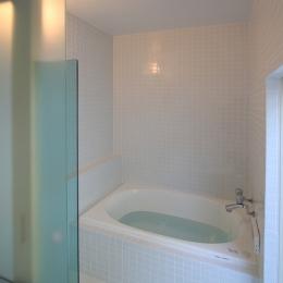 オウチ18・仙台 SOHOの家の写真 50角タイル貼りのバスルーム