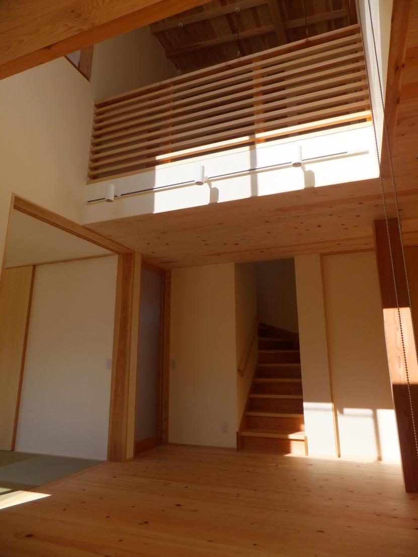 台形の変形敷地に建つ30坪の家の部屋 吹抜け
