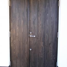 オウチ18・仙台 SOHOの家の写真 杉板縦張のオーダー玄関ドア