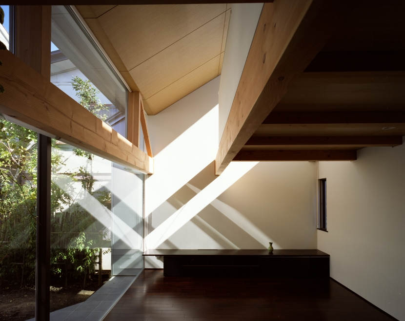 【光をつなぐ家】 リビングを陽光が貫通 北庭へと光をつなぐ (リビング)