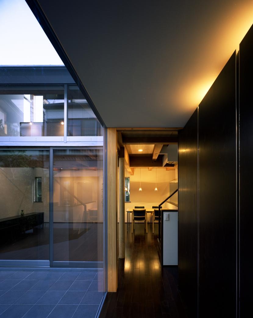 光をつなぐ家の部屋 土間とLDをつなぐ前室