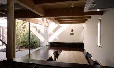 【光をつなぐ家】 リビングを陽光が貫通 北庭へと光をつなぐ (ダイニング)