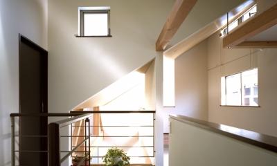 【光をつなぐ家】 リビングを陽光が貫通 北庭へと光をつなぐ (2F 廊下)
