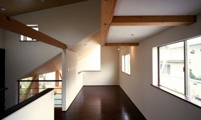 【光をつなぐ家】 リビングを陽光が貫通 北庭へと光をつなぐ (子ども室)