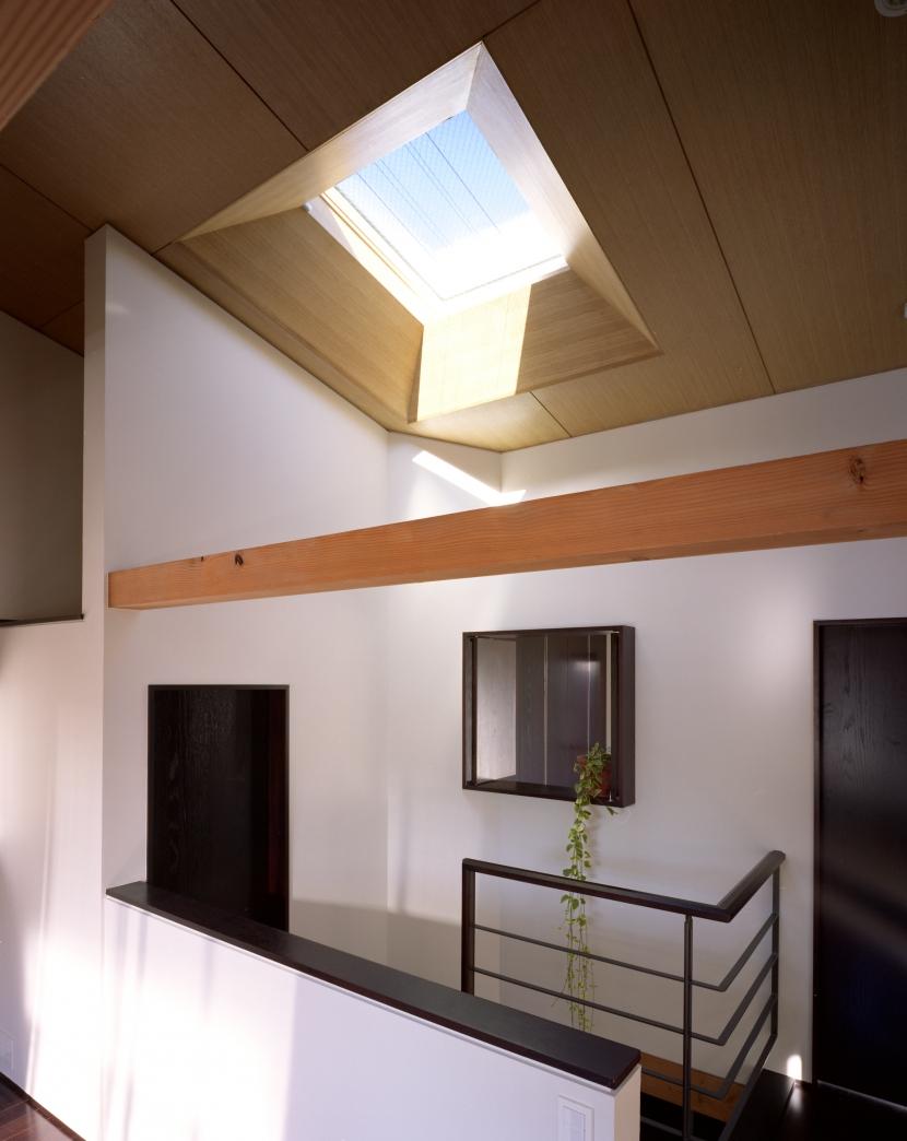 【光をつなぐ家】 リビングを陽光が貫通 北庭へと光をつなぐ (トップライト)