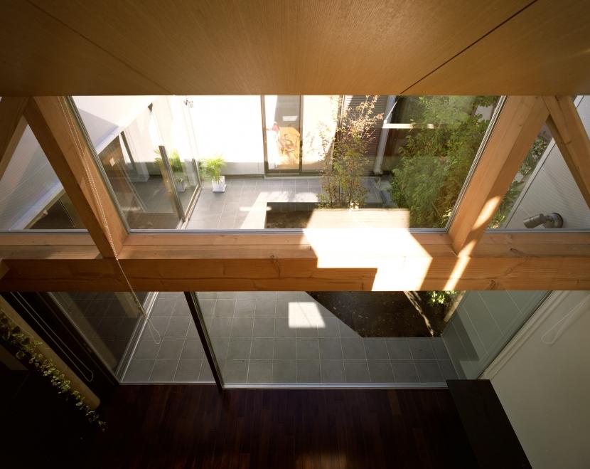 【光をつなぐ家】 リビングを陽光が貫通 北庭へと光をつなぐ (LD吹抜)