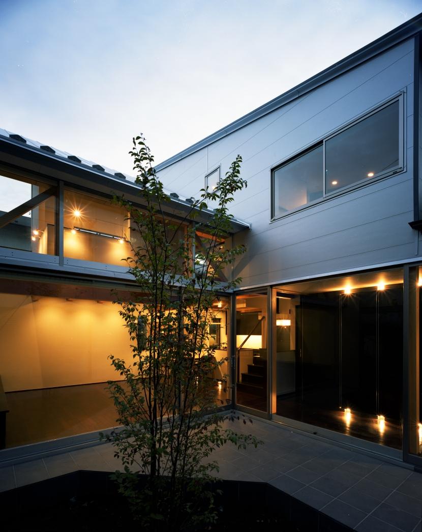 【光をつなぐ家】 リビングを陽光が貫通 北庭へと光をつなぐ (中庭)