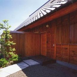 本庄の家 (玄関側外側とアプローチ)