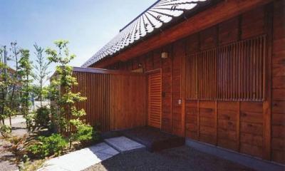 玄関側外側とアプローチ|本庄の家