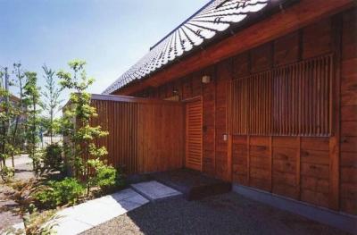 玄関側外側とアプローチ (本庄の家)