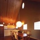 居間からオープンキッチン側を見る