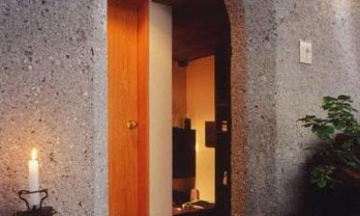 牧師館(松澤邸) (出入口から書斎方向を見る)