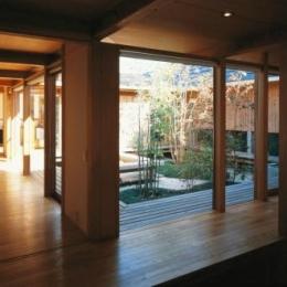 松戸の家 (土間から中庭を眺める。)