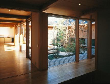 松戸の家の部屋 土間から中庭を眺める。