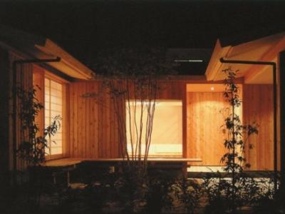 中庭-夜間 (三原の家)