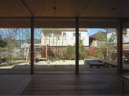 三原の家の写真 茶の間から庭を眺める