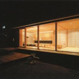 三原の家 (庭から茶の間を眺める)