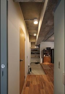 しかくとくるみと未完成の部屋 ベッドルームから見た玄関