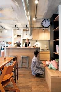アクセスのよいセンター収納と もののサイズに合わせた造作家具がカギの部屋 キッチン