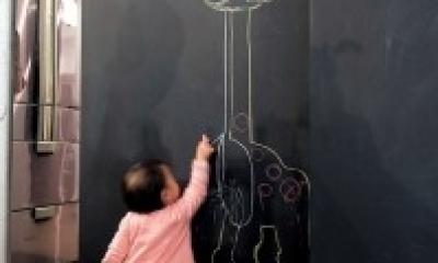アクセスのよいセンター収納と もののサイズに合わせた造作家具がカギ (黒板塗料の施された壁)