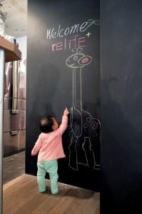 アクセスのよいセンター収納と もののサイズに合わせた造作家具がカギの部屋 黒板塗料の施された壁