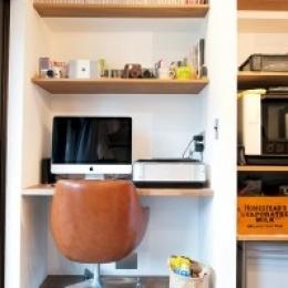 アクセスのよいセンター収納と もののサイズに合わせた造作家具がカギ (PCスペース)