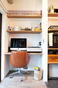 アクセスのよいセンター収納と もののサイズに合わせた造作家具がカギの部屋 PCスペース