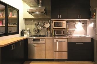 アトリエを取り入れた、シーンが繋がるイエの写真 キッチン