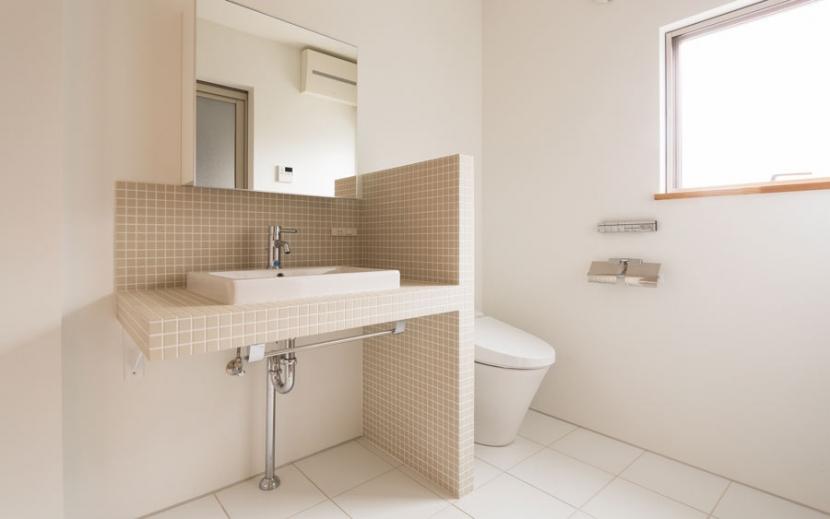 オリジナルキッチンがこだわり 阿佐ヶ谷北 A区間の部屋 シックなトイレ・洗面スペース
