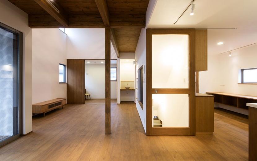 オーク材を贅沢に使い 落ち着いた空間に 三鷹市牟礼6丁目の写真 家の中心を通る廊下