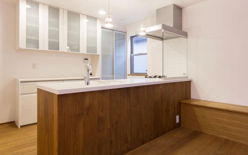 オーク材を贅沢に使い 落ち着いた空間に 三鷹市牟礼6丁目の写真 シックなキッチン