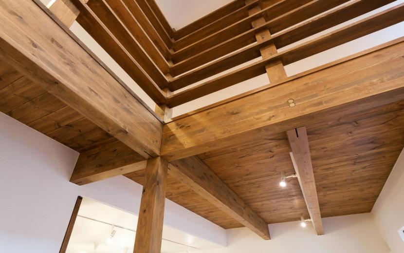 オーク材を贅沢に使い 落ち着いた空間に 三鷹市牟礼6丁目の部屋 梁のある天井