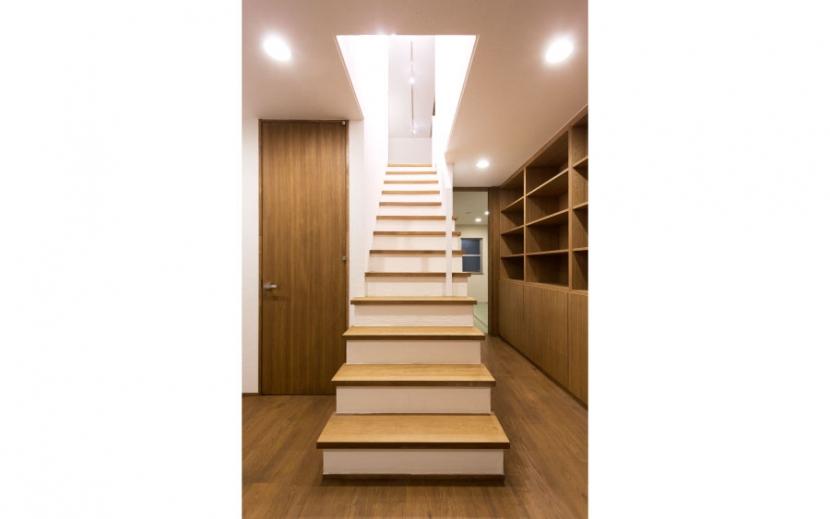 オーク材を贅沢に使い 落ち着いた空間に 三鷹市牟礼6丁目の写真 室内階段(下部)