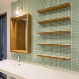 カラフルタイルの壁の洗面所