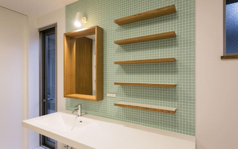 オーク材を贅沢に使い 落ち着いた空間に 三鷹市牟礼6丁目の部屋 カラフルタイルの壁の洗面所