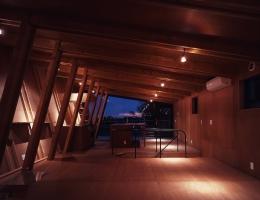 三ツ池の家 (リビングダイニング 夕景)