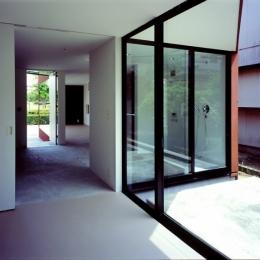 香澄の家 (子供部屋から玄関を見る)