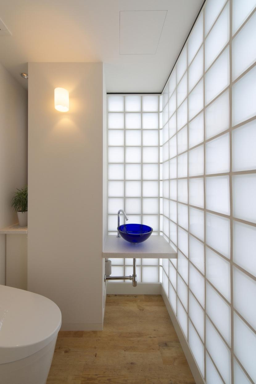 バス/トイレ事例:化粧室(海と山の見える家)
